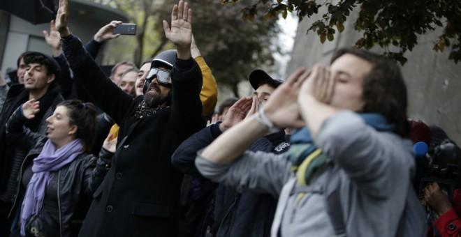 Participantes en una protesta estudiantil contra la reforma laboral en Francia, frente al Museo del Hombre en París.. AFP /KENZO TRIBOUILLARD