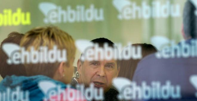 Arnaldo Otegi acudió a la sede de EH Bildu en Bilbao para ofrecer su primera rueda de prensa.  REUTERS/Vincent West