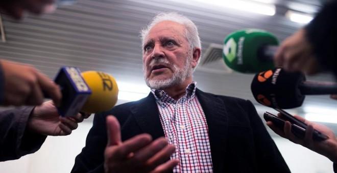 Julio Anguita antiende a la prensa antes de la charla-coloquio que el Frente Cívico ofrece esta tarde en la facultad de Ciencias de la Educación de Córdoba. EFE/Rafa Alcaide