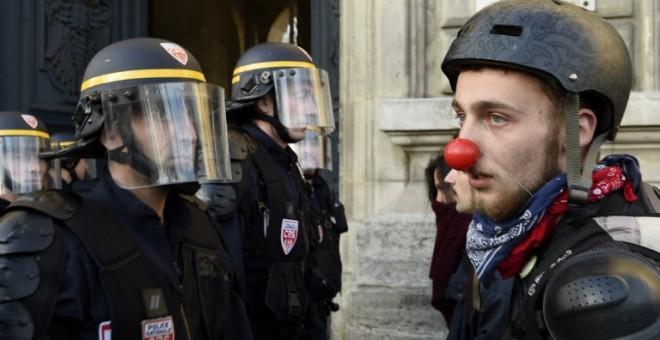 Policías franceses toman posiciones durante una manifestación de la 'Nuit Debout'. - AFP