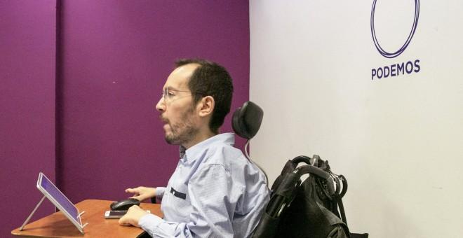 El secretario de Organización de Podemos, Pablo Echenique, durante la rueda de prensa convocada en Zaragoza en la que ha informado del resultado de la consulta hecha a sus simpatizantes sobre si apoyan el acuerdo del PSOE con Ciudadanos para la formación