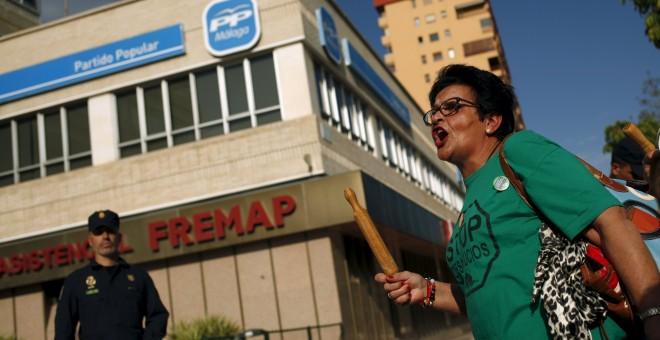 Cacerolada celebrada en Málaga frente a la sede del PP. REUTERS/Jon Nazca