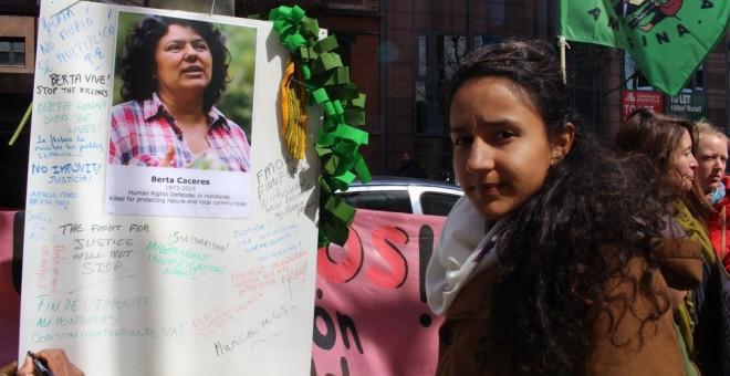 Berta Zúñiga Cáceres, hija de la líder lenca asesinada, pide justicia ante la embajada de Honduras en Bruselas. FRIENDS OF EARTH EUROPE.
