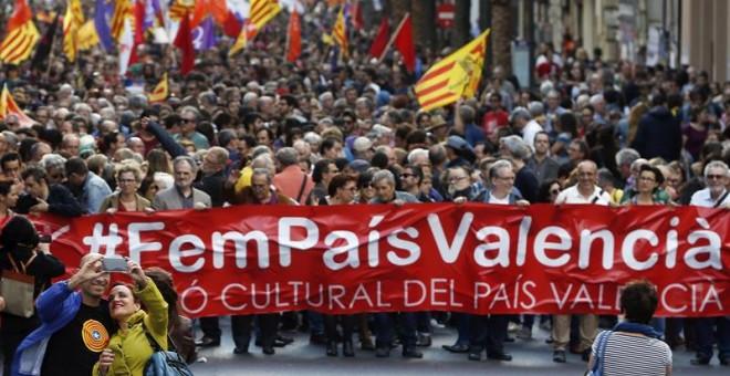 """Cabecera de la manifestación convocada por Acció Cultural del País Valencia (ACPV) con motivo del 25 d'Abril bajo el lema """"Fem País Valencia"""".- EFE/Kai Försterling"""