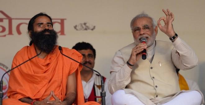 El actual primer ministro de India , Narendra Modi, con el gurú Baba Ramdev, en 2014, cuando era ministro principal del estado indio de Gujarat. AFP / SAJJAD HUSSAIN