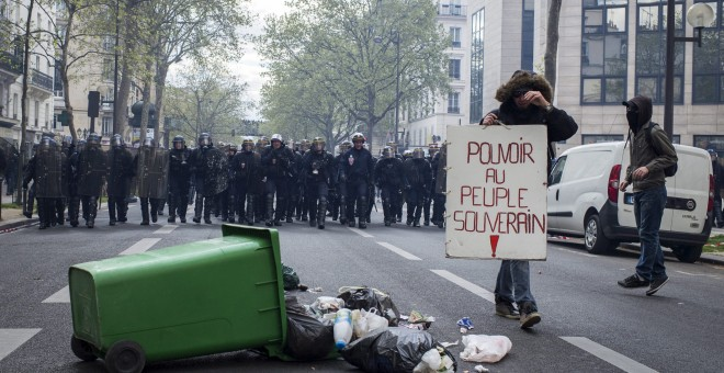"""Un manifestante muestra una pancarta en la que se lee """"El poder para el pueblo soberano"""" durante una protesta contra la reforma laboral en París (Francia). EFE/Jeremy Lempin"""