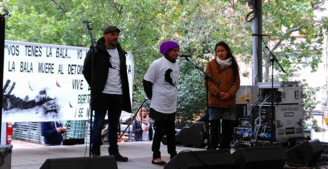 Berta Zúñiga Cáceres (derecha), en el acto de este sábado en Nou Barris. L. SAFONT.