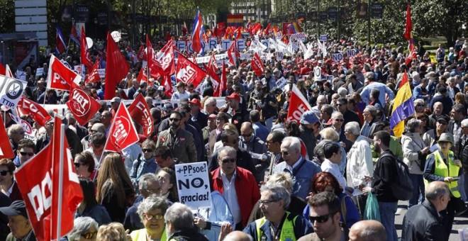 Miles de personas participan en la manifestación de Madrid del 1 de mayo, convocada por CCOO y UGT, que arrancó pasadas las doce del mediodía de la Plaza de Neptuno y a la que, en esta ocasión, en un escenario de precampaña electoral, se han sumado repres
