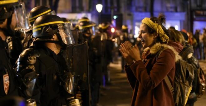 Una mujer se encara con la Policía francesa que bloquea el acceso a la Plaza de la República. AFP  / MIGUEL MEDINA