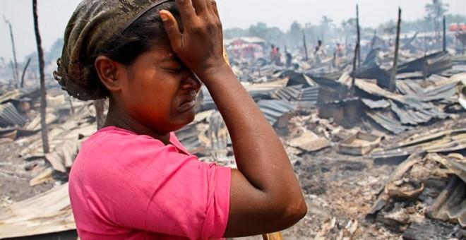 Una joven rohinyá llora junto a los restos calcinados tras un incendio en el campamento Baw Du Ba Muslim (Rohinyá) en Sittwe, oeste de Birmania. EFE/Nyunt Win