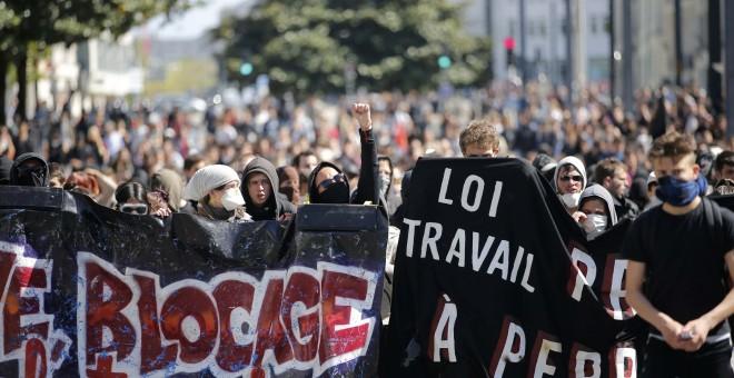 Estudiantes en una manifestación contra la propuesta de reforma laboral francesa en Nantes, Francia. REUTERS/Stephane Mahe