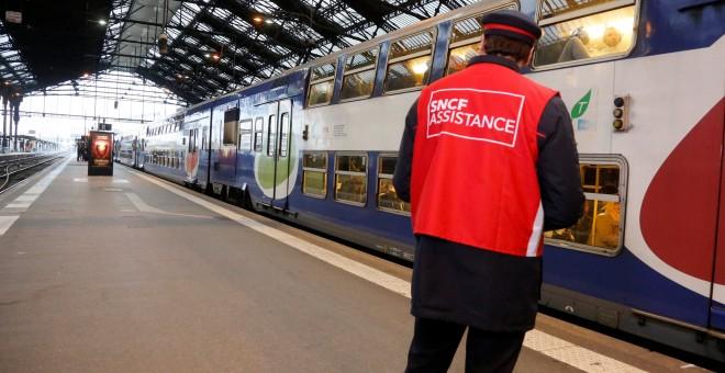 Un trabajador de la compañía ferroviaria SNCF en un andén de la estación de tren Gare de Lyon en París, Francia, durante la huelga del pasado 26 de abril. REUTERS/Jacky Naegelen