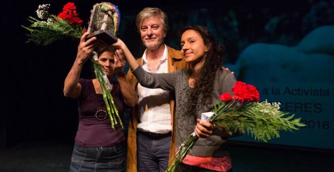 Berta Zúñiga, hija de Berta Cáceres, y Rosalía Domínguez, de Copinh, recibieron el premio póstumo a la ambientalista asesinada de manos del alcalde de Zaragoza, Pedro Santisteve. AYUNTAMIENTO DE ZARAGOZA