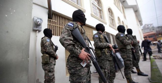 Militares del Ejército de Honduras custodian afuera de un juzgado donde se realiza la audiencia por el asesinato de la activista Berta Cáceres en Tegucigalpa (Honduras).EFE