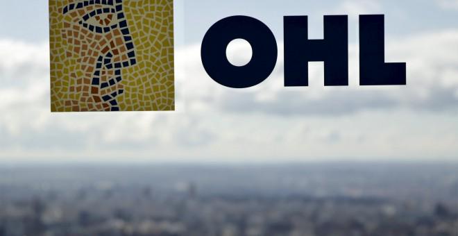 El logo de OHL en una ventana de la sede del grupo. REUTERS