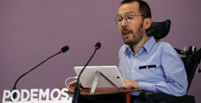 El secretario de Organización de Podemos, Pablo Echenique, durante una rueda de prensa en la que ha anunciado los resultados de la consulta  sobre la alianza con IU para el 26-J. EFE/Mariscal