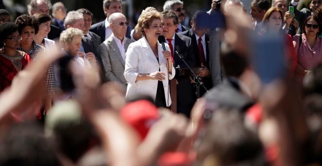 Dilma Rousseff, rodeada de seguidores, a su salida del Palacio de Planalto. - REUTERS
