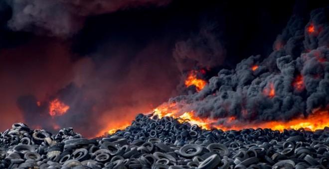 Imagen del incendio en un vertedero de neumáticos iniciado en las proximidades de Valdemoro. EFE/Ismael Herrero