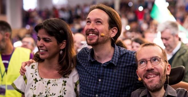 El secretario general de Podemos, Pablo Iglesias (c), junto al secretario de Organización del partido, Pablo Echenique (d), y la secretaria general de Podemos Andalucía, Teresa Rodríguez (i), participa en un acto público en Córdoba. EFE