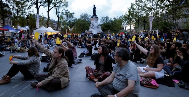 Participantes del movimiento Nuit Debout sentados en la Plaza de la República en París, Francia. REUTERS/Jacky Naegelen