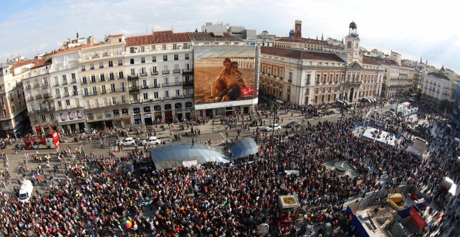 """People fill Puerta del Sol square during a march to mark the 5th anniversary of the """"indignados"""" movement in Madrid, Spain, May 15, 2016. Picture taken with an eye fish lens. REUTERS/Sergio Perez"""