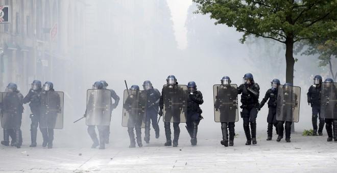 Policías antodisturbios se enfrentan a una grupo de manifestantes en Nantes, Francia.-  REUTERS/Stephane Mahe