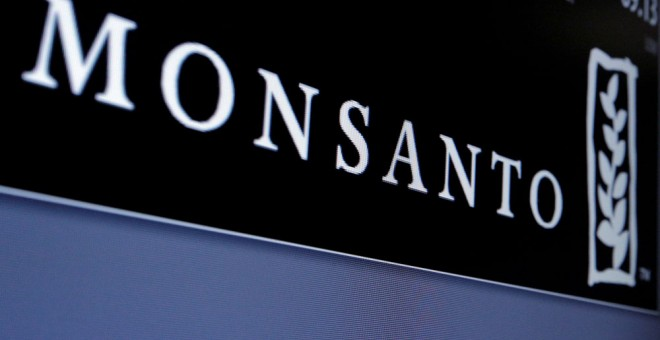 El logo de Monsanto, en una de las pantallas del New York Stock Exchange. REUTERS