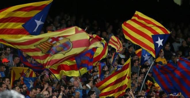 Banderas estelades en un partido de Champions en el Camp Nou.