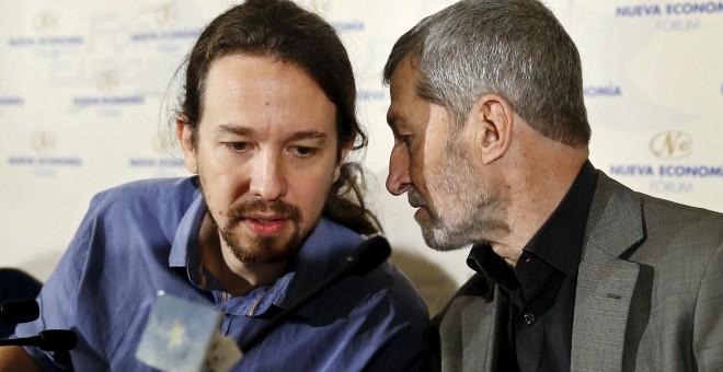 Pablo Iglesias conversa con el general José Julio Rodriguez