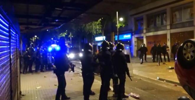 Un momento del violento desalojo en Barcelona.