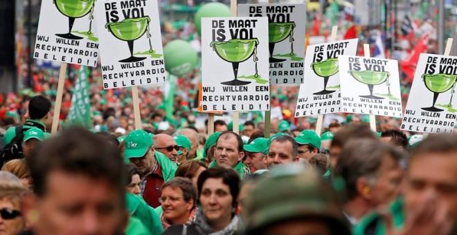 Miles de personas marchan durante una manifestación nacional convocada por tres sindicatos belgas en protesta por los recortes en los servicios públicos y la educación, en Bruselas, Bélgica, hoy, 24 de mayo de 2016. EFE/Olivier Hoslet