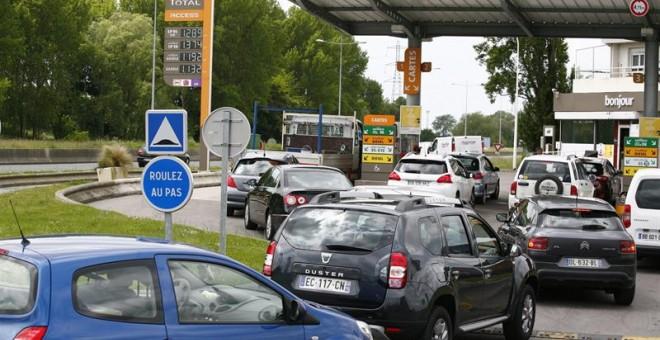 Vista de la cola de coches para entrar en una gasolinera durante la huelga en Le Havre, Francia./ EFE