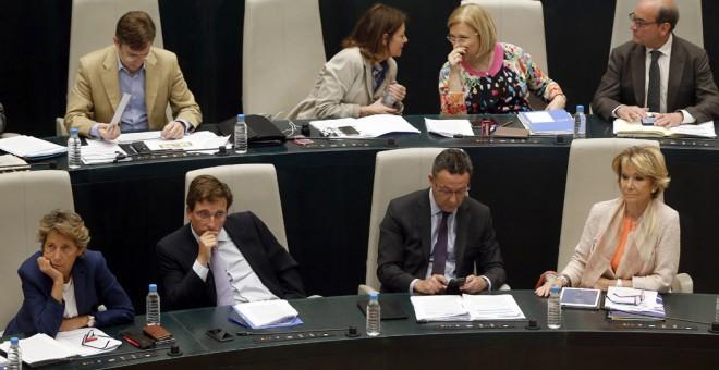 Bancada del grupo municipal del PP encabezada por su presidenta, Esperanza Aguirre, durante un pleno del Ayuntamiento de Madrid. EFE/Mariscal