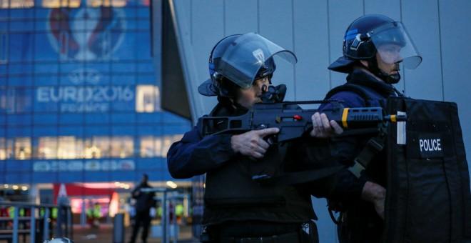 Gendarmes en las afueras del estadio del Olympique de Lyon, sede de la Eurocopa de Francia. /REUTERS