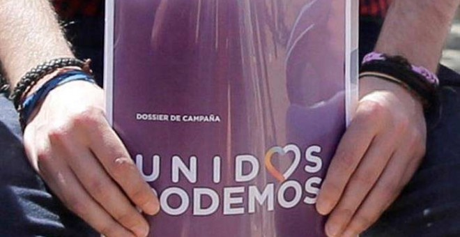 Pablo Iglesias sostiene una carpeta con el logo de Unidos Podemos urante la presentación de las líneas maestras y calendario de la próxima campaña electoral. / EFE