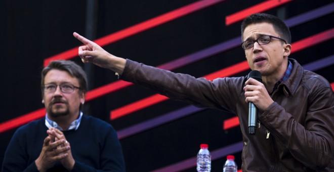 El número dos de Podemos, Iñigo Errejón, y lider de En Comú Podem, Xavier Doménech, durante el acto de precampaña bajo el lema 'Con alianzas, ganamos el cambio' que ha tenido lugar en Barcelona. EFE/Quique García