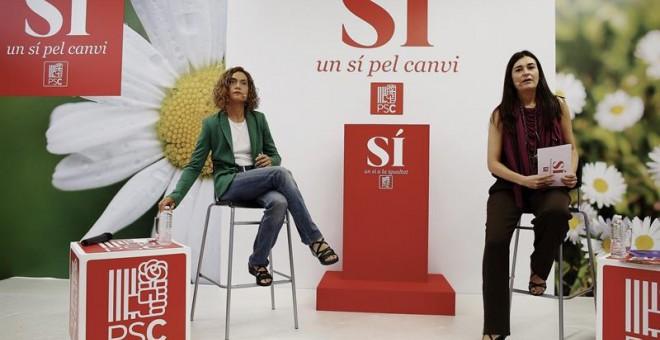 La secretaria de Estudios y Programas del PSOE y candidata del PSC en las generales, Meritxell Batet (i), y la secretaria de Igualdad y consejera de Sanidad de la Generalitat Valenciana, Carmen Montón (d), lanzan propuestas en el marco del acto 'Mujeres p