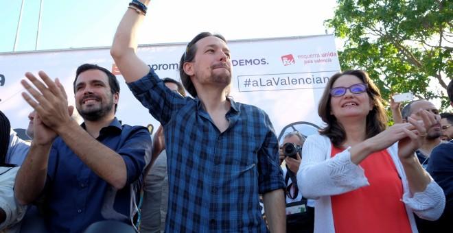Alberto Garzón, Pablo Iglesias y Mónica Oltra en el acto de Unidos Podemos en Alicante. REUTERS/Heino Kalis