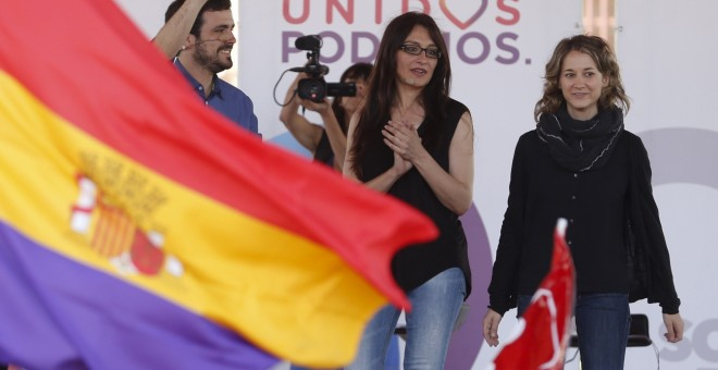 El candidato de Unidos Podemos, Alberto Garzón, junto a la candidata de IU por Madrid, Sol Sánchez, y la eurodiputada y responsable de política internacional de la Dirección Federal, Marina Albiol, durante un mitin en el distrito de Vallecas de Madrid. EF