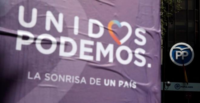 Un cartel de Unidos Podemos, visto cerca de la sede del PP en Madrid.  REUTERS/Andrea Comas