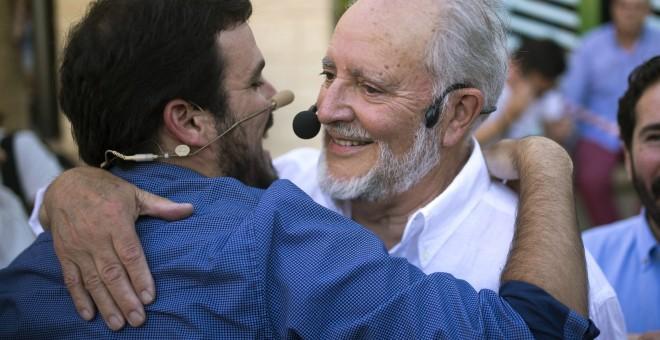 El coordinador general de IU, Alberto Garzón, abraza al excoordinador general, Julio Anguita, durante el acto central de campaña de Unidos Podemos, en Córdoba. EFE/Rafa Alcaide