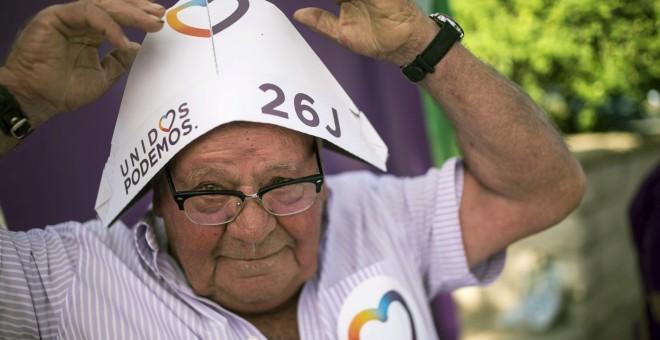 Un simpatizante de la formación política Unidos Podemos durante el acto central de campaña que celebran en Córdoba. EFE/Rafa Alcaide