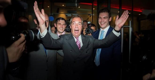El líder del Partido Independencia del Reino Unido (UKIP) Nigel Farage (c) sale de la sede del partido hoy, jueves 23 de junio de 2016, en Londres (R.Unido). El eurófobo Nigel Farage, líder del Partido de la Independencia del Reino Unido (UKIP), admitió q