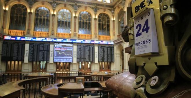 """Vista general de la Bolsa de Madrid, que ha iniciado la sesión de hoy con un desplome del 15,90 % afectada por la decisión de Reino Unido de abandonar la Unión Europea, el conocido como """"brexit"""", y ha suavizado minutos después las pérdidas hasta el 8,9 %,"""