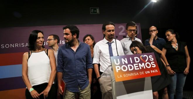 Pablo Iglesias junto a miembros de Unidos Podemos antes de ofrecer su comparecencia tras los resultados electorales. REUTERS/Andrea Comas
