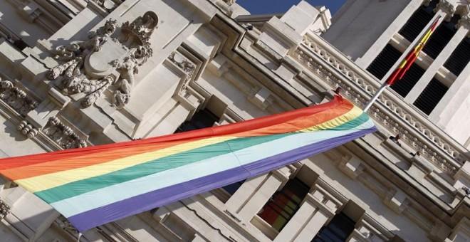 Vista de la bandera arcoíris desplegada en la fachada del Ayuntamiento de Madrid con motivo del comienzo de la semana del orgullo gay. EFE/Javier Lizón