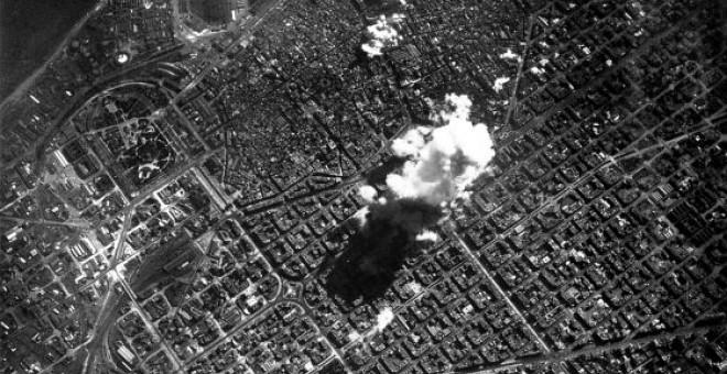 Fotografía de Sergio Trati del bombardeo de Barcelona durante la Guerra Civil, efectuado por un bombardero italiano, a las 14.45.