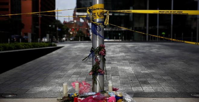 Un memorial reza 'Police Lives Matter Dallas'  (las vidas de los policías importan)en el lugar donde Micah Johnson disparó a doce agentes de policía/REUTERS/Shannon Stapleton.