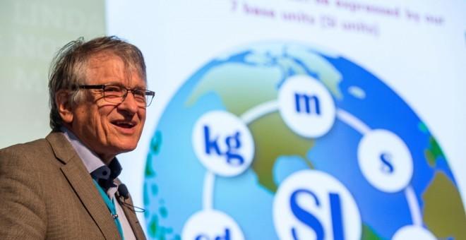 Klaus von Klitzing, premio Nobel de Física, muestra un esquema del Sistema Internacional de Unidades en el foro de Lindau.-J. NIMKE/LINDAU NOBEL LAUREATE MEETINGS