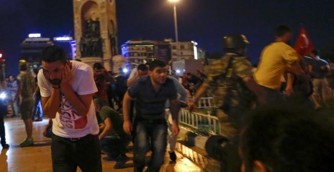 Partidarios del presidente turco Tayyip Erdogan son dispersados con tiros al aire por los militares presentes en la Plaza Taksim, en Estambul. REUTERS/Murad Sezer